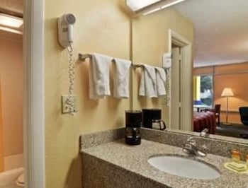 Days Inn Albany Ga - Albany, GA 31701 - Bathroom