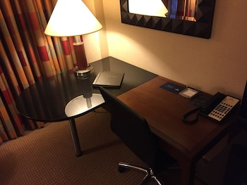 Hilton Chicago O'Hare Airport - Chicago, IL 60666 - Guestroom