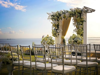Sofitel Philippine Plaza Manila Outdoor Wedding Area