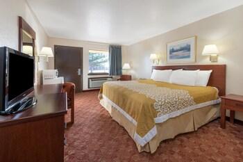 Days Inn Russell Ks - Russell, KS 67665 - Guestroom