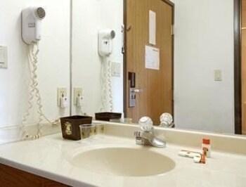 Super 8 - Pekin/Peoria Area - Pekin, IL 61554 - Bathroom