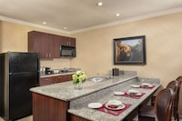 Executive 2 Queen Suite Full Kitchen