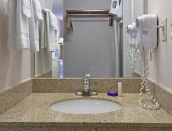 Baymont Inn & Suites Peoria - Peoria, IL 61614 - Bathroom