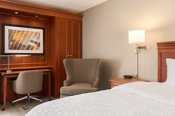 Hampton Inn Des Moines Airport - Des Moines, IA 50321 - Guestroom