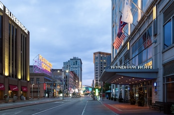 Wyndham Cleveland At Playhouse Square 0 9 Miles From Browns Stadium