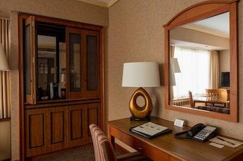 Hotel Captain Cook - Anchorage, AK 99501 - Guestroom