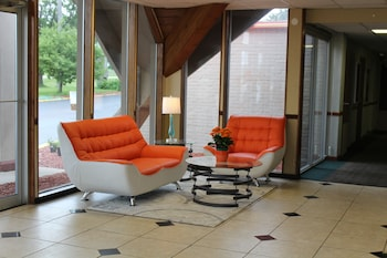 Howard Johnson Hotel Rockford IL - Rockford, IL 61109 - Lobby Sitting Area