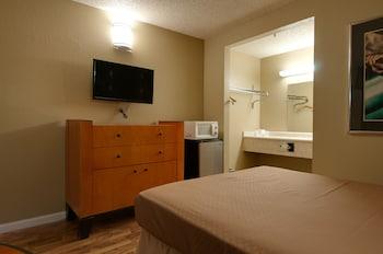 Vagabond Inn Bakersfield South - Bakersfield, CA 93307 - Guestroom