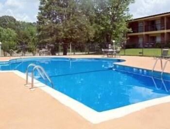 Howard Johnson Macon - Macon, GA 31204 - Pool