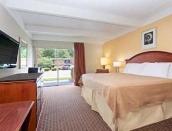 Howard Johnson Macon - Macon, GA 31204 - Guestroom