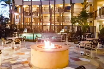 Clarion Inn & Suites Orange County John Wayne Airport - Santa Ana, CA 92705 - Pool