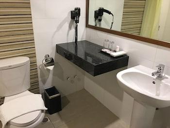 Manila Pavilion Hotel Bathroom