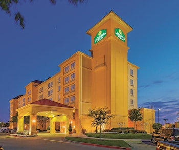 La Quinta Inn Suites Dallas Arlington 6 Flags Drive 0 5 Miles From Six Over Texas