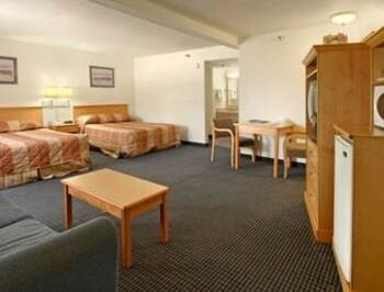 Howard Johnson Inn San Diego Hotel Circle - San Diego, CA 92108 - Guestroom