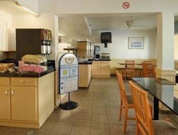 Howard Johnson Inn San Diego Hotel Circle - San Diego, CA 92108 - Breakfast Area
