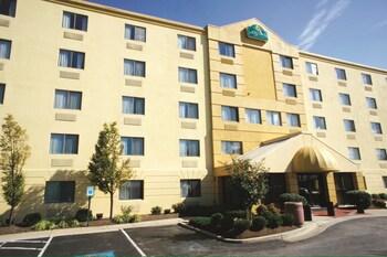 4 8 Miles From Merriweather Post Pavilion La Quinta Inn Suites Baltimore Bwi Airport Photo
