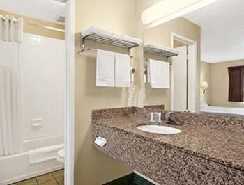 Travelodge By The Bay - San Francisco, CA 94123 - Bathroom