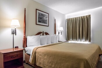 Quality Inn and Suites Savannah North - Port Wentworth, GA 31407 - Guestroom
