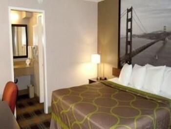 Super 8 Salinas - Salinas, CA 93905 - Guestroom