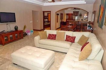 Holiday Inn Express Middlesboro - Middlesboro, KY 40965 - Living Area