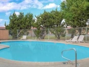 Howard Johnson Express Inn - Ceres - Ceres, CA 95307 - Pool