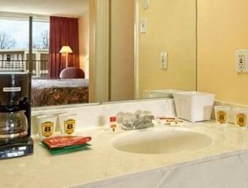 Super 8 Jasper Al - Jasper, AL 35501 - Bathroom