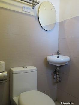 Tr3Ats Guest House Bohol Bathroom