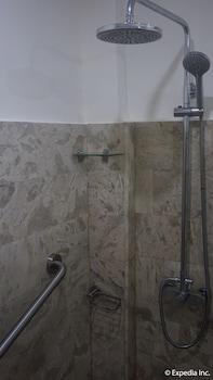 Score Birds Hotel Pampanga Bathroom Shower