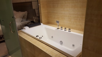 Prime Asia Hotel Angeles Deep Soaking Bathtub