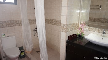 Manila Bay Serviced Apartments Bathroom