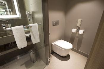 Novotel Hotel Araneta Center Bathroom