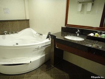Savannah Resort Hotel Pampanga Bathroom