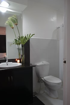 The Contemporary Hotel Quezon City Bathroom