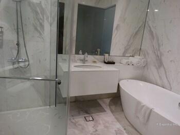 Luneta Hotel Manila Bathroom