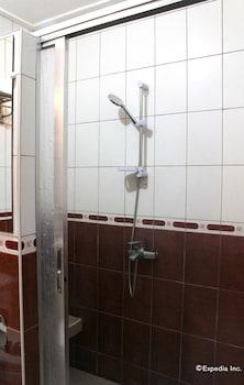 Kokomo's Suites Hotel Pampanga Bathroom Shower