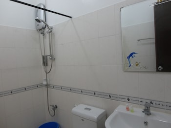 A Family Apartelle Bohol Bathroom