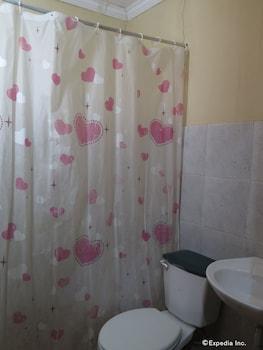 C Est La Vie Pension Cebu Bathroom