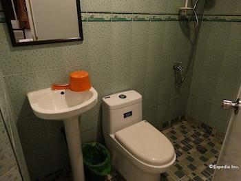 Getz Hotel Manila Bathroom