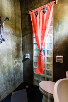 Jeepney Hostel And Kite Resort Boracay Bathroom