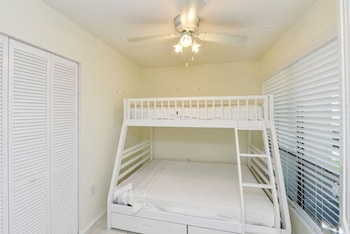 Bay Oaks - Siesta Key, FL 34242 - Guestroom