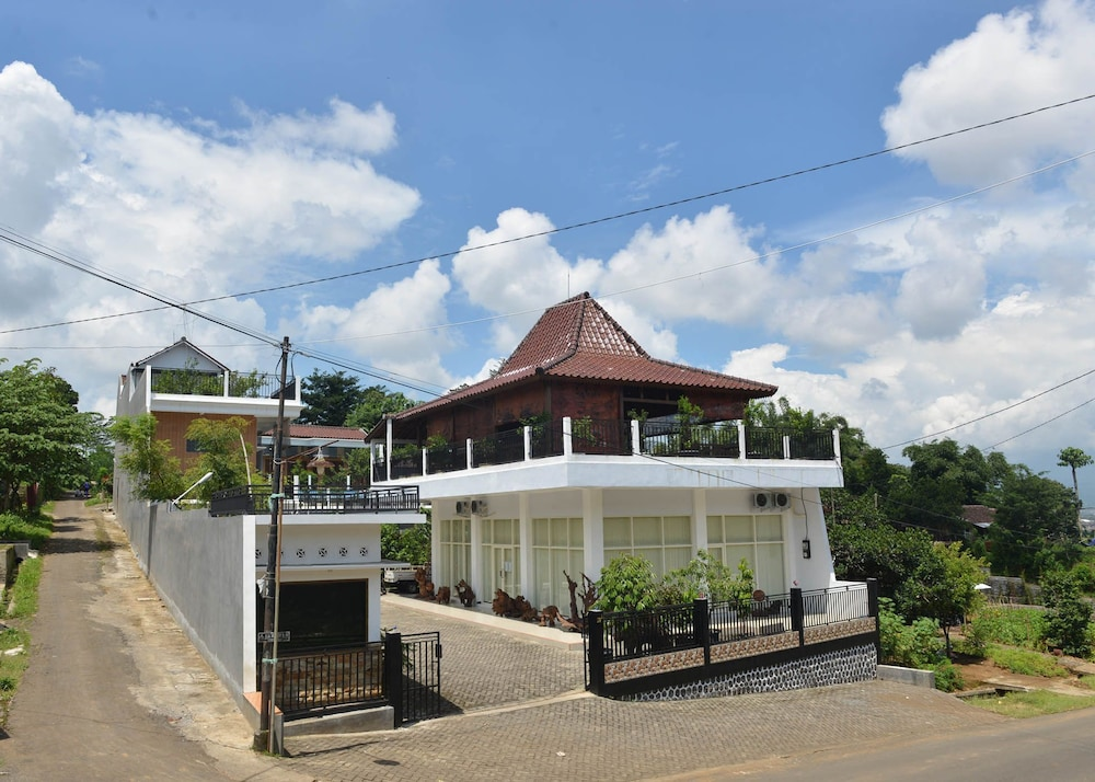 Malang Hill Gallery & Homestay