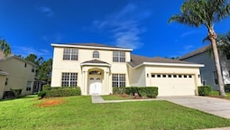 5 bedroom Private Home with Spacious Pool Deck by RedAwning