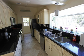 Luxury House with Jacuzzi & Home Theater - Woodland Hills, CA 91367 - In-Room Kitchen
