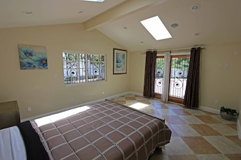 Luxury House with Jacuzzi & Home Theater - Woodland Hills, CA 91367 - Guestroom