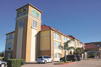 La Quinta Inn Suites Houston Clear Lake Nasa 25 5 Miles From Schlitterbahn Galveston Island Waterpark