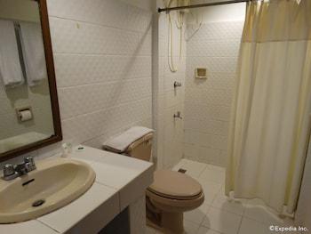 The Garden Plaza Hotel & Suites Manila Bathroom