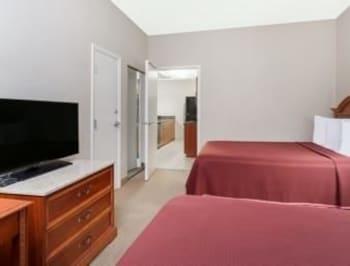 Howard Johnson Ormond Beach at Destination Daytona - Ormond Beach, FL 32174 - Guestroom