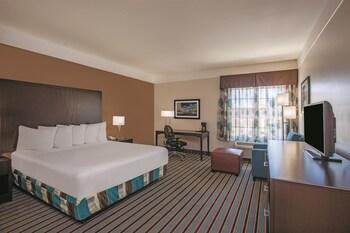 La Quinta Inn & Suites Bakersfield North - Bakersfield, CA 93308 - Guestroom