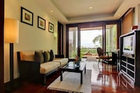 Deluxe Courtyard Suite - Located 1/3 up the hill from the public road, partial sea view