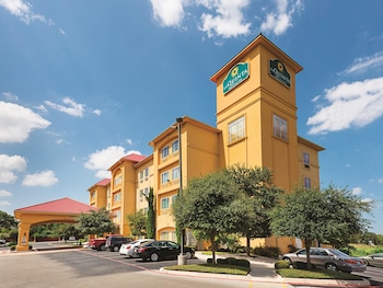 La Quinta Inn Suites San Antonio Northwest 5 3 Miles From Six Flags